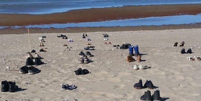 Stroomi rannas mälestatekse 183 kingapaariga suitsiidi läbi hukkunuid